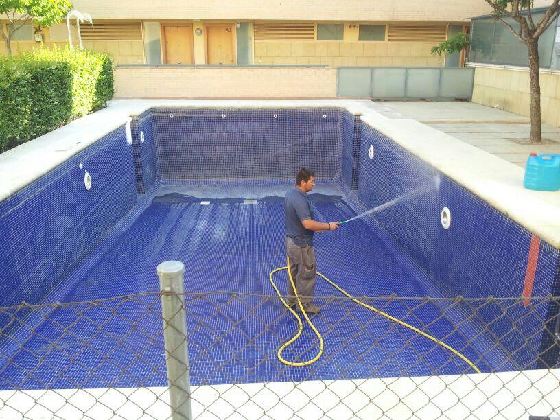 Limpieza de piscina en una comunidad de propietarios for Limpieza fondo piscina