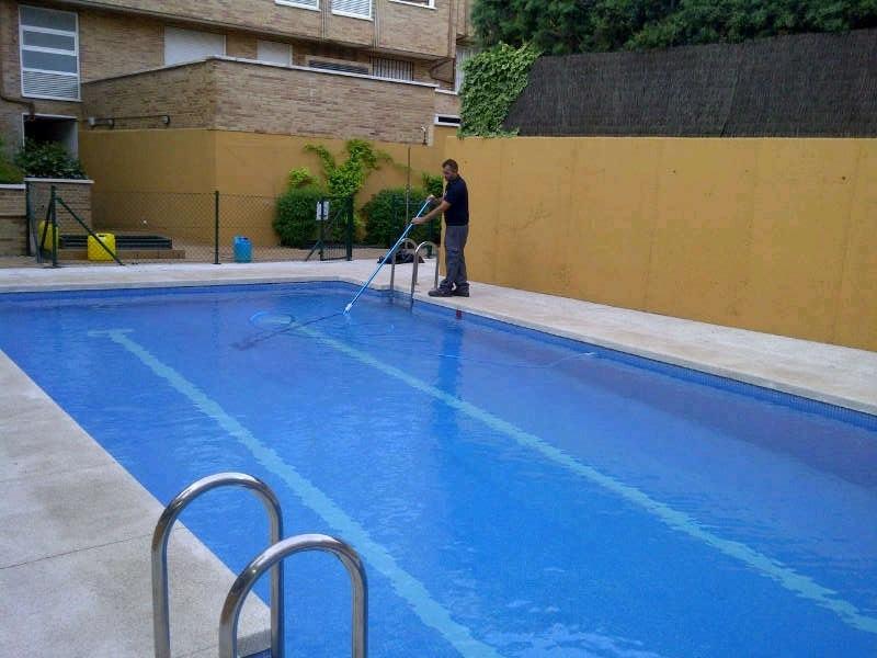 Mantenimiento diario de la piscina en una comunidad de for Piscina fondo nero