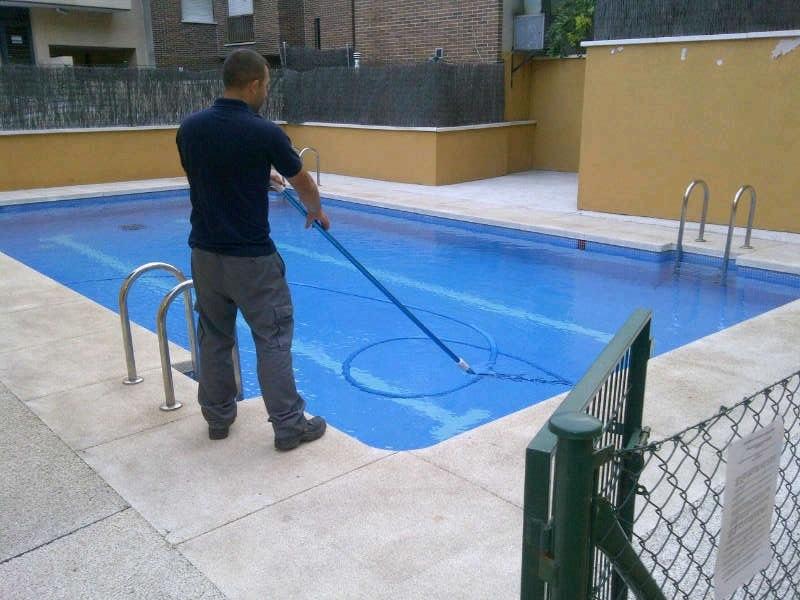 mantenimiento diario de la piscina en una comunidad de
